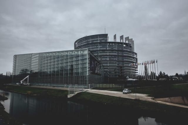 Η Ελληνική Ασφαλιστική Αγορά εποπτεύεται από τη Διεύθυνση Εποπτείας Ιδιωτικής Ασφάλισης (ΔΕΙΑ) που ανήκει στην ΤτΕ και λαμβάνει οδηγίες αλλά και κανονιστικά πλαίσια από την Κεντρική Ευρωπαϊκή Τράπεζα